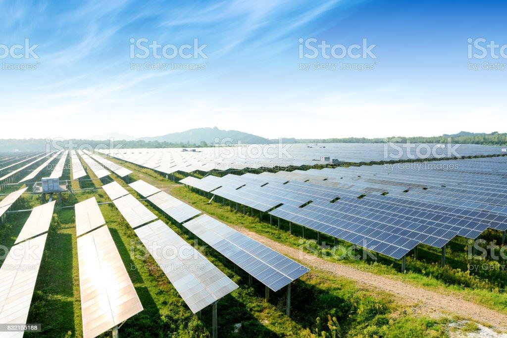 Photovoltaik-Module zu reflektieren, Abendlicht und Wolken – Foto