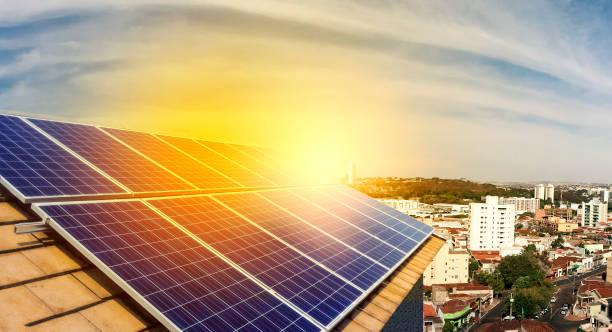 光伏電站安裝在屋頂上的一個住宅建築上陽光明媚的天-太陽能概念圖像。 - 太陽能電池板 個照片及圖片檔
