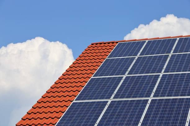 Photovoltaik: Dach mit Solarzellen – Foto