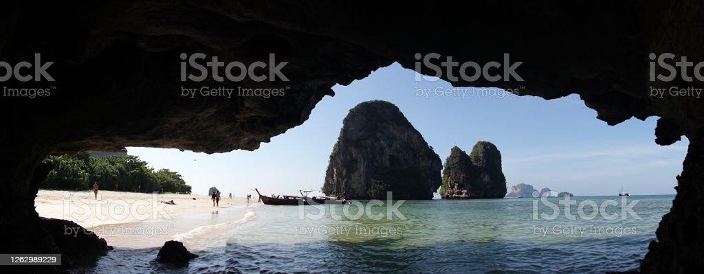 Phra Nang Beach mit felsigen Gipfeln im Meer bei Railay, Thailand. - Lizenzfrei Abenteuer Stock-Foto