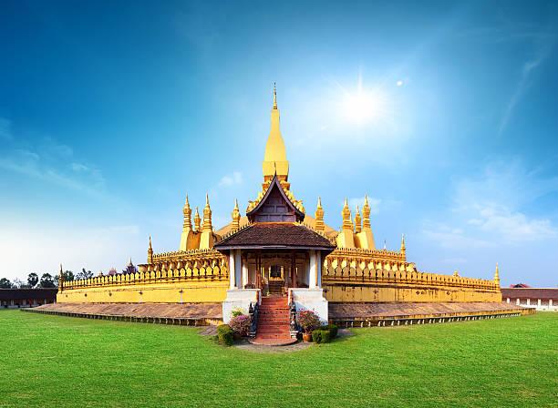 phra that luang-tempel und wahrzeichen in laos, vientiane - laos stock-fotos und bilder