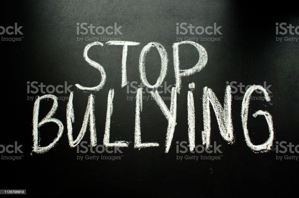 La Frase Stop Bullying En La Pizarra Foto De Stock Y Más