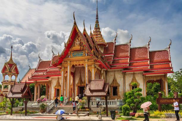 Phuket, Thailand - 5. Juni 2011: Menschen betreten den buddhistischen Wat in Chalong. Der Tempel ist der berühmteste auf der Insel. – Foto