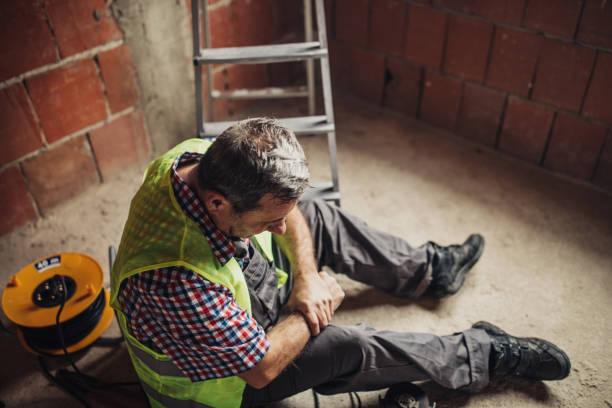 physical injury at work of construction worker - lesionato foto e immagini stock