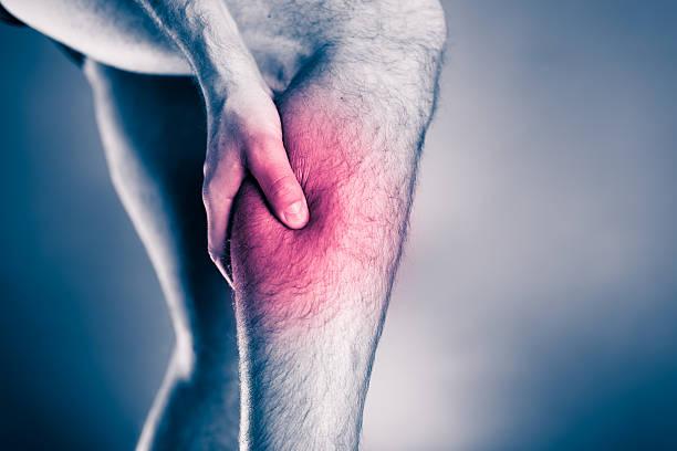 körperverletzung, bein schmerzen aus kalbsleder - wadenkrämpfe was tun stock-fotos und bilder
