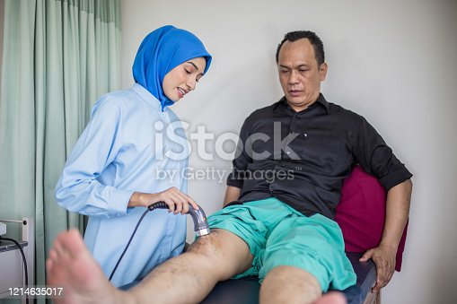 Physical therapist consulting with patient Knee problems Sport Physical therapy concept