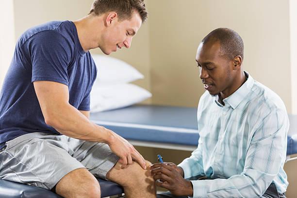 fisioterapeuta examinando paciente - ortopedia - fotografias e filmes do acervo