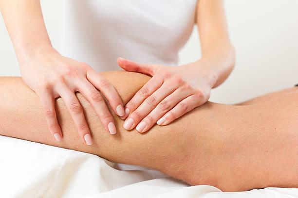paciente en la sala de masajes physiotherapy - masaje deportivo fotografías e imágenes de stock