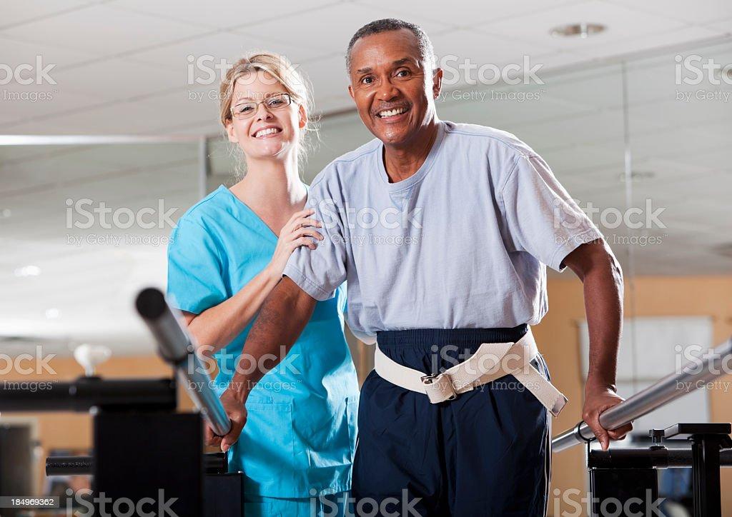 Fisioterapeuta trabajo con un paciente - foto de stock