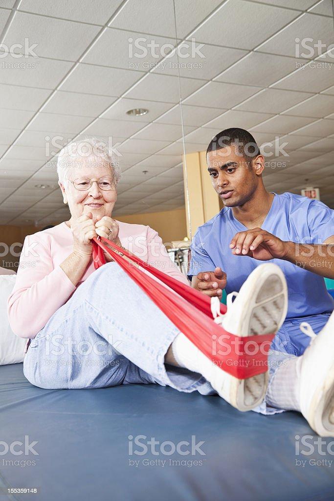 Physiotherapeuten arbeiten mit einem Patienten – Foto