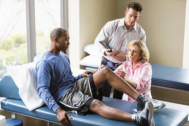 terapeutas examinando paciente física - ortopedia - fotografias e filmes do acervo