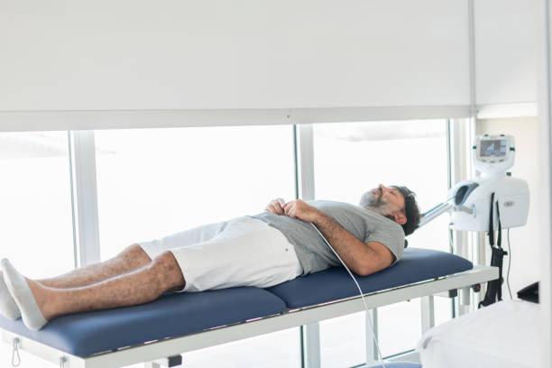 fysiotherapie met tractie-apparatuur - tractieapparaat stockfoto's en -beelden