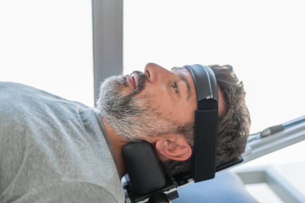 fysiotherapie met tractie-uitrusting - tractieapparaat stockfoto's en -beelden