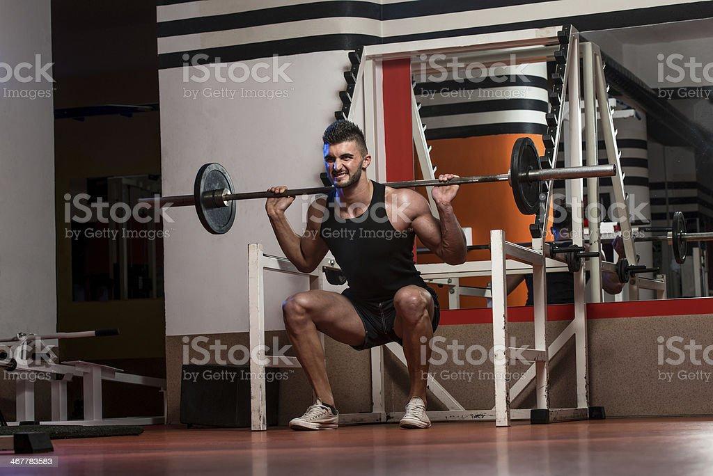 Ejercicio físico en forma hombres haciendo Squats - Foto de stock de 20 a 29 años libre de derechos