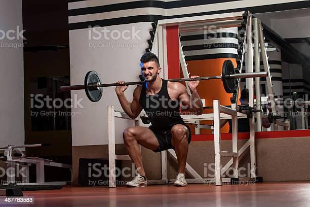 Ejercicio Físico En Forma Hombres Haciendo Squats Foto de stock y más banco de imágenes de 20 a 29 años