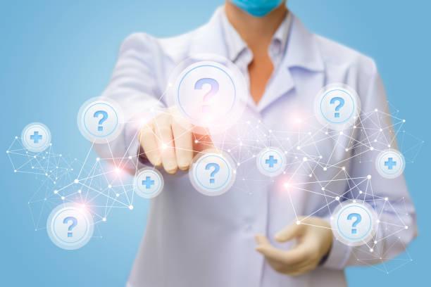 arzt klickt auf den button mit der frage im netzwerk. - gesundheitsfragen stock-fotos und bilder