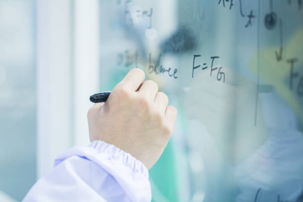 physik formel geschrieben am lab-fenster - soziologie stock-fotos und bilder