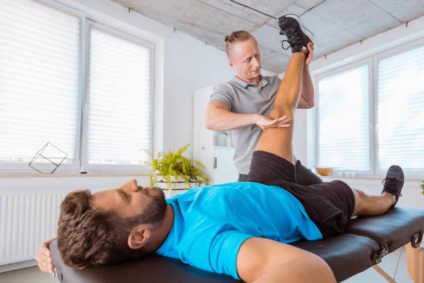 Physio massieren Sportler Beine – Foto