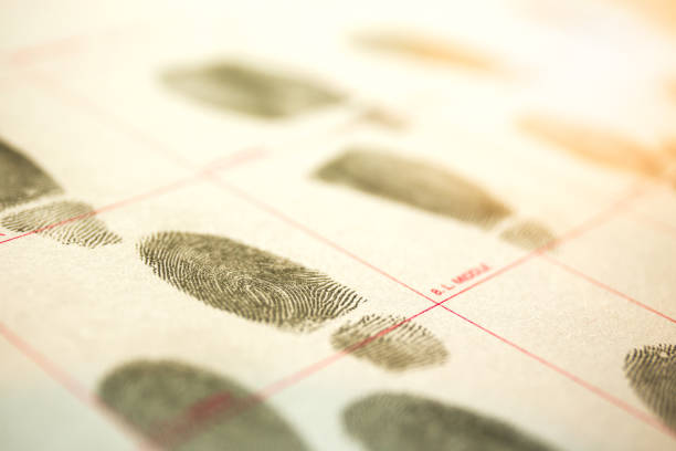 physiologische biometrie-konzept für vorstrafen per fingerabdruck in filmischen ton - tatort von menschen geschaffener raum stock-fotos und bilder