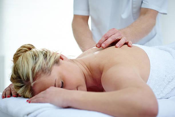 fisioterapista fare di agopuntura sulla schiena femmina pazienti ad alto - china drug foto e immagini stock