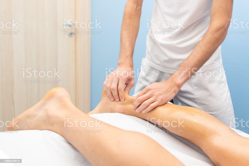 Physiotherapeut während einer Behandlung der Achillessehne – Foto