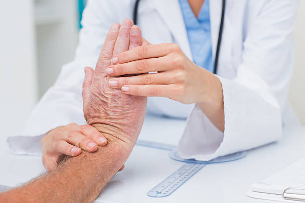 fisioterapeuta analisar masculino pacientes pulso - ortopedia - fotografias e filmes do acervo