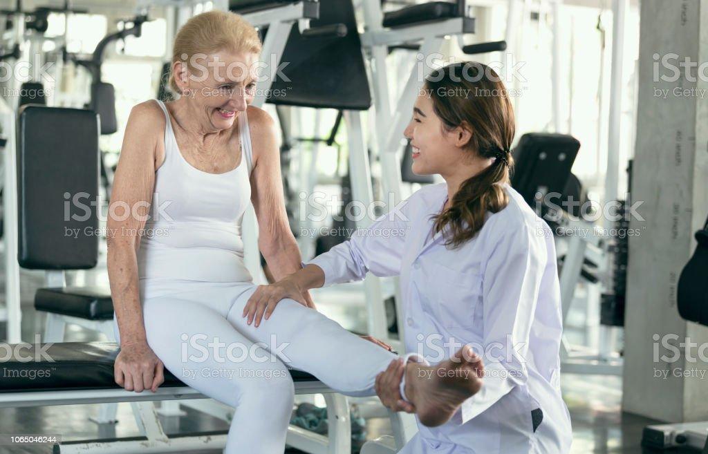 Physiotherapeuten helfen alte senior Frau in physisches Zentrum. Ältere Gesundheit Lifestyle-Konzept. – Foto
