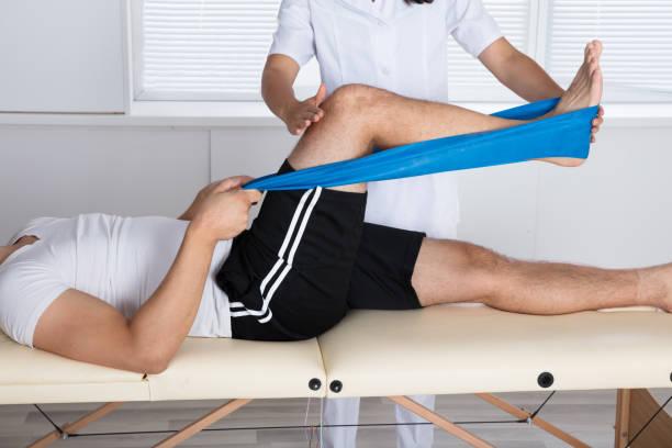 운동 하는 동안 physiotherapist 돕는 환자 - physical therapy 뉴스 사진 이미지