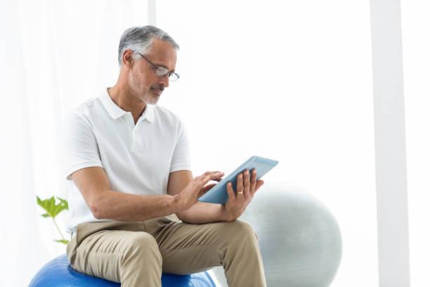 Physiotherapeuten mit Digitaltablett – Foto