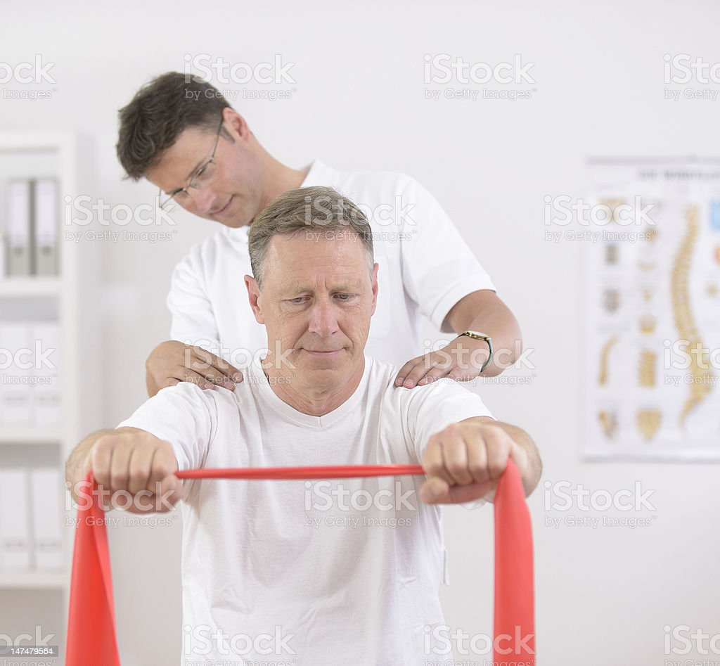Physiotherapy: Physiotherapist y paciente - foto de stock