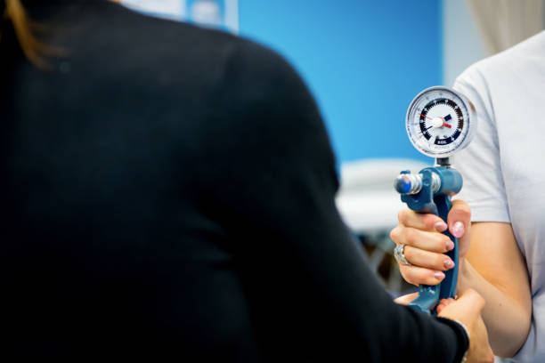 physotherapy behandeling - foto's van hands stockfoto's en -beelden