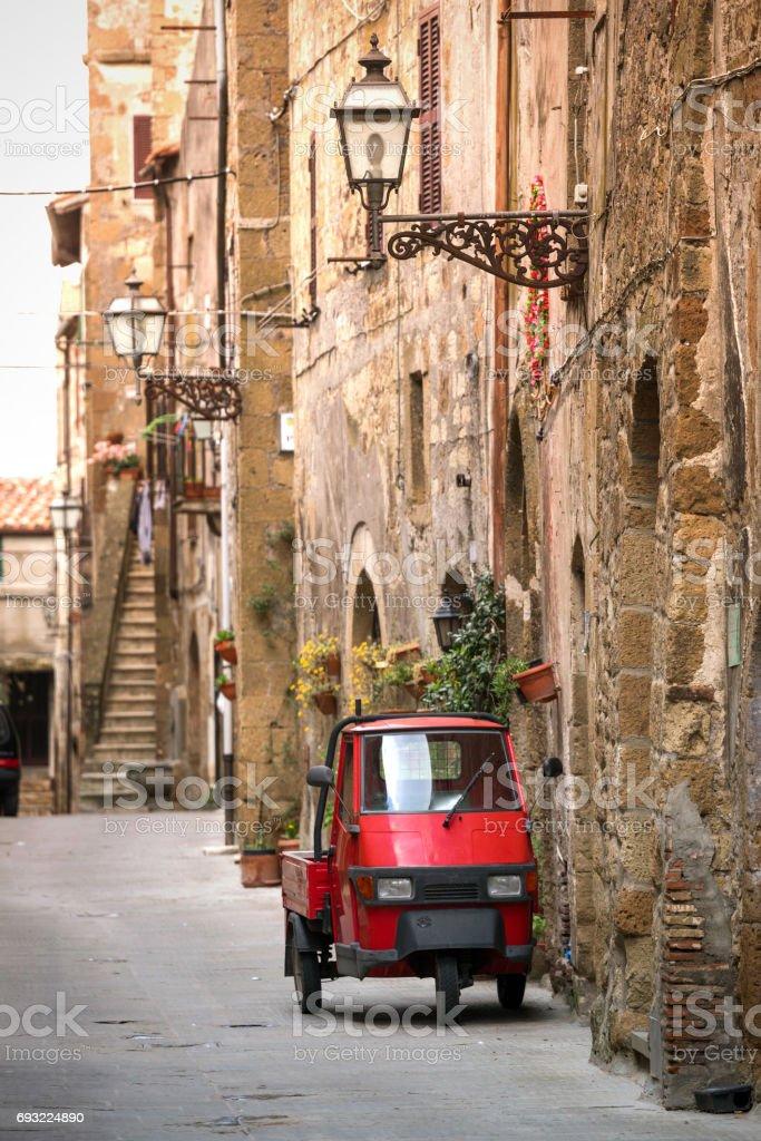 Piaggio Ape at the empty street - foto stock