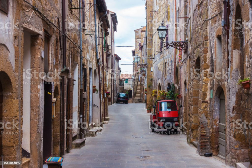Piaggio Ape standing at the empty street of old italian town'n - foto stock