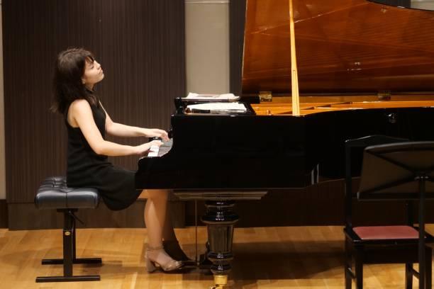 小房間裡的鋼琴音樂圖像檔