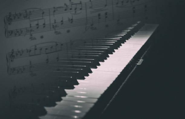 klavier partitur dunklen noten noten mischen - piano noten stock-fotos und bilder