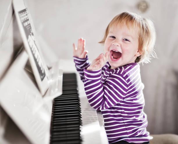 piano-mädchen - piano noten stock-fotos und bilder