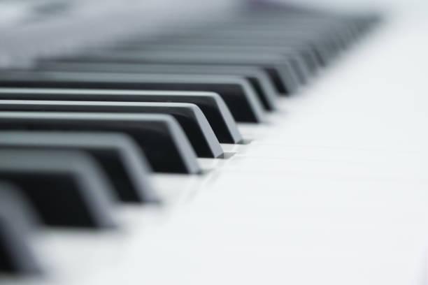 Piano est un instrument de musique classé comme instrument de percussion qui se joue en appuyant sur les touches sur un clavier. - Photo