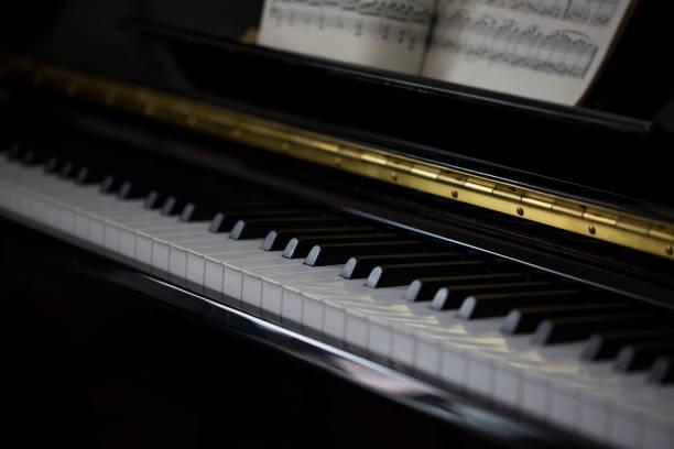 klaviertasten und die filmmusik. - piano noten stock-fotos und bilder