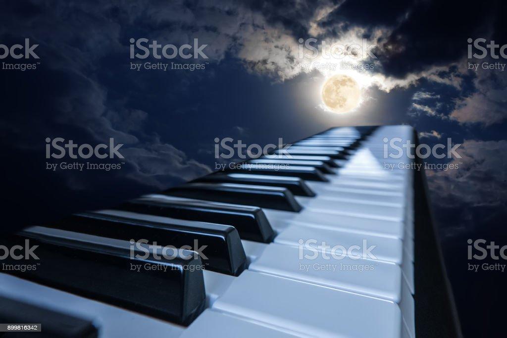 Klaviertasten im Mondlicht – Foto