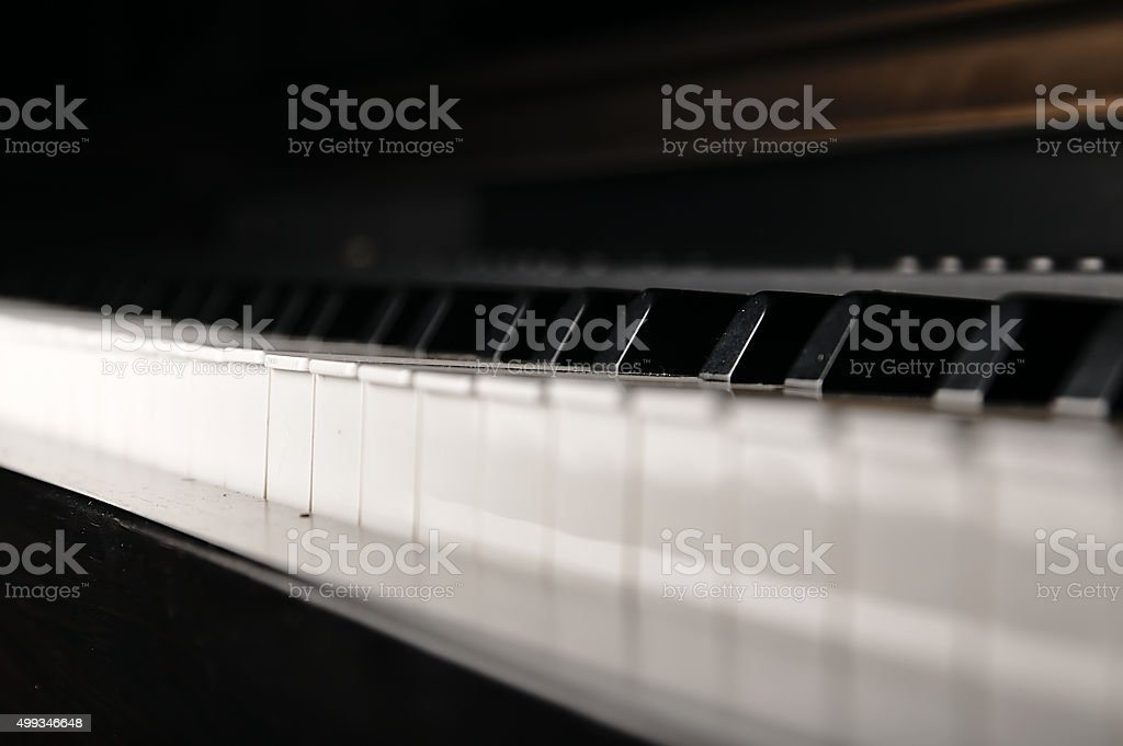 Piano klucze. instrument muzyczny na scenie. – zdjęcie