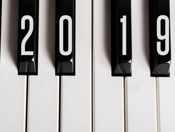 klaviertasten schreiben 2019 - ideen für silvester stock-fotos und bilder