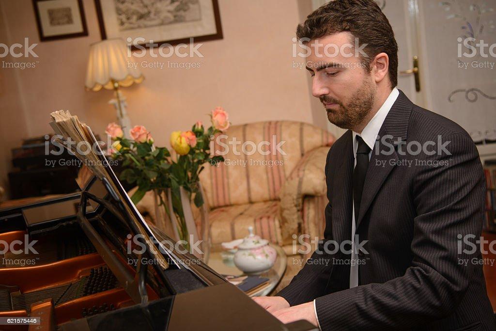 Piano music player dressed in classic suit photo libre de droits