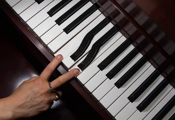 professionelle-klavier spielen sie auf dem laufenden - klavier verkaufen stock-fotos und bilder