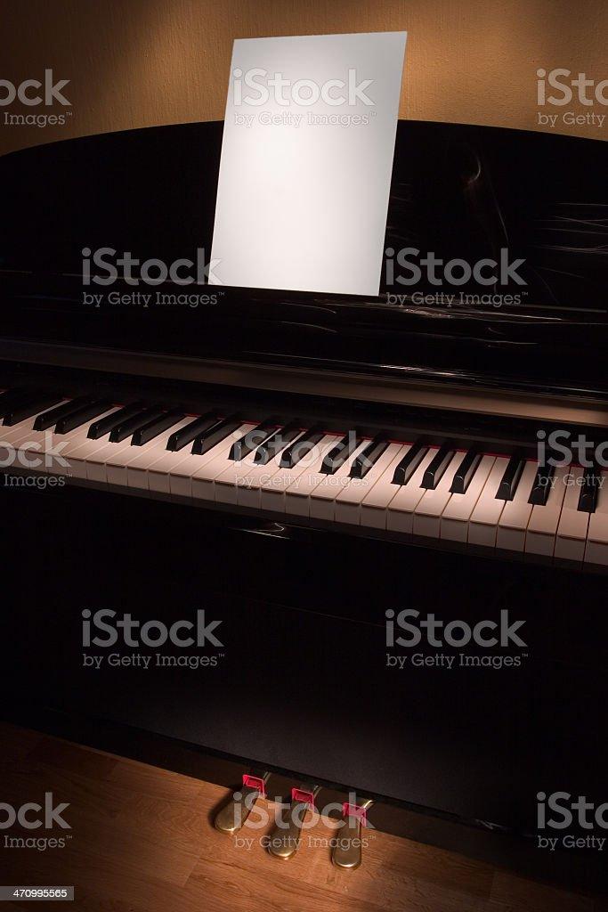 Klavier mit weißen Blatt – Foto
