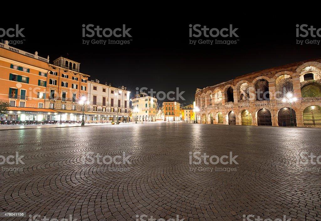 Piazza Bra e Arena di notte-Verona Italia. - foto stock