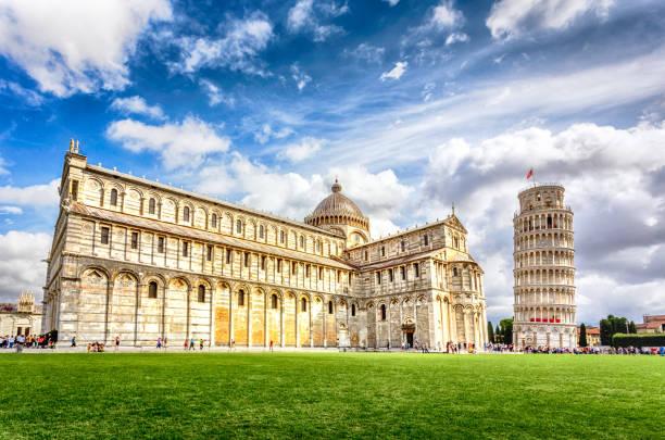 piazza dei miracoli complex met de scheve toren van pisa, italië - pisa stockfoto's en -beelden