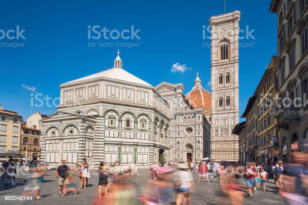 Piazza del duomo florence picture id950040144?b=1&k=6&m=950040144&s=612x612&h=b35xro1ny5s7praigjdfjw6w9etrjm1kfucysxbuo2g=