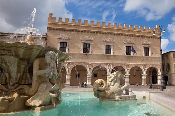 piazza del popolo, pesaro - çeşme i̇nsan yapımı yapı stok fotoğraflar ve resimler