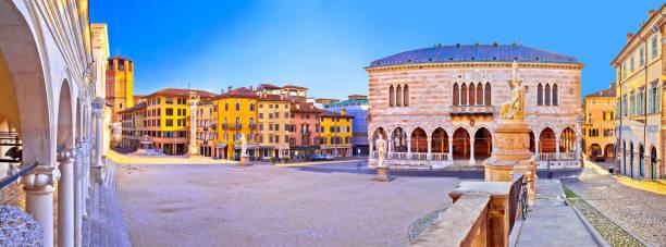 """die piazza della liberta in udine sehenswürdigkeiten ansehen, region friaul-julisch venetien in italien """"n - friaul julisch venetien stock-fotos und bilder"""