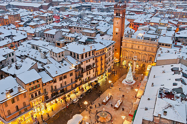 piazza delle erbe in verona weihnachten, - italienischer weihnachten stock-fotos und bilder